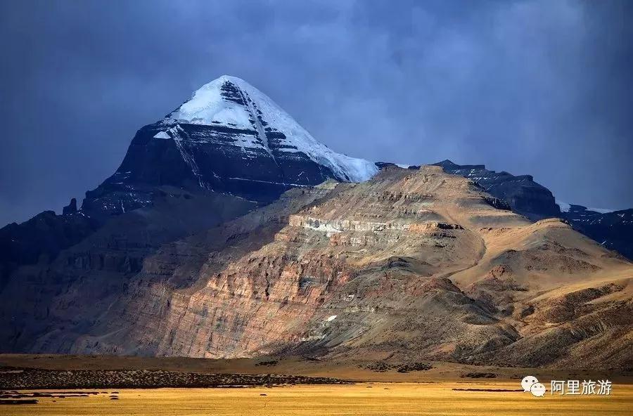 """阿里,""""西藏的西藏""""   遥远之后的遥远   她是青藏高原文明的起源   是天人合一的大美   为什么去阿里?   或许是喜欢它苍山如海   残阳如血的壮丽景致   或是一骑绝尘   天涯孤旅的寂寞苍凉   或者只是因为高耸的山   平静的湖,头顶上的云   耳畔呼啸的风   1、山:三大山脉擎举的高原   阿里,是喜马拉雅山脉、冈底斯山脉和喀喇昆仑山脉共同擎举的高原。   """"神山""""冈仁波齐   当你来到阿里普兰,看到高原上两座遥相对望的山峰—"""