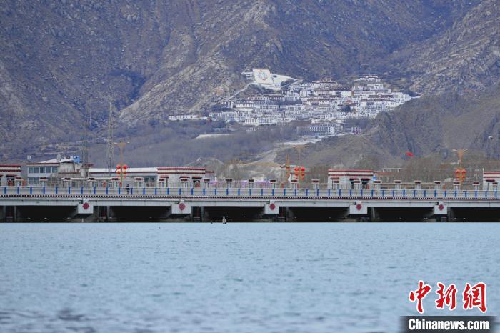 西藏拉萨:半城山色半城湖
